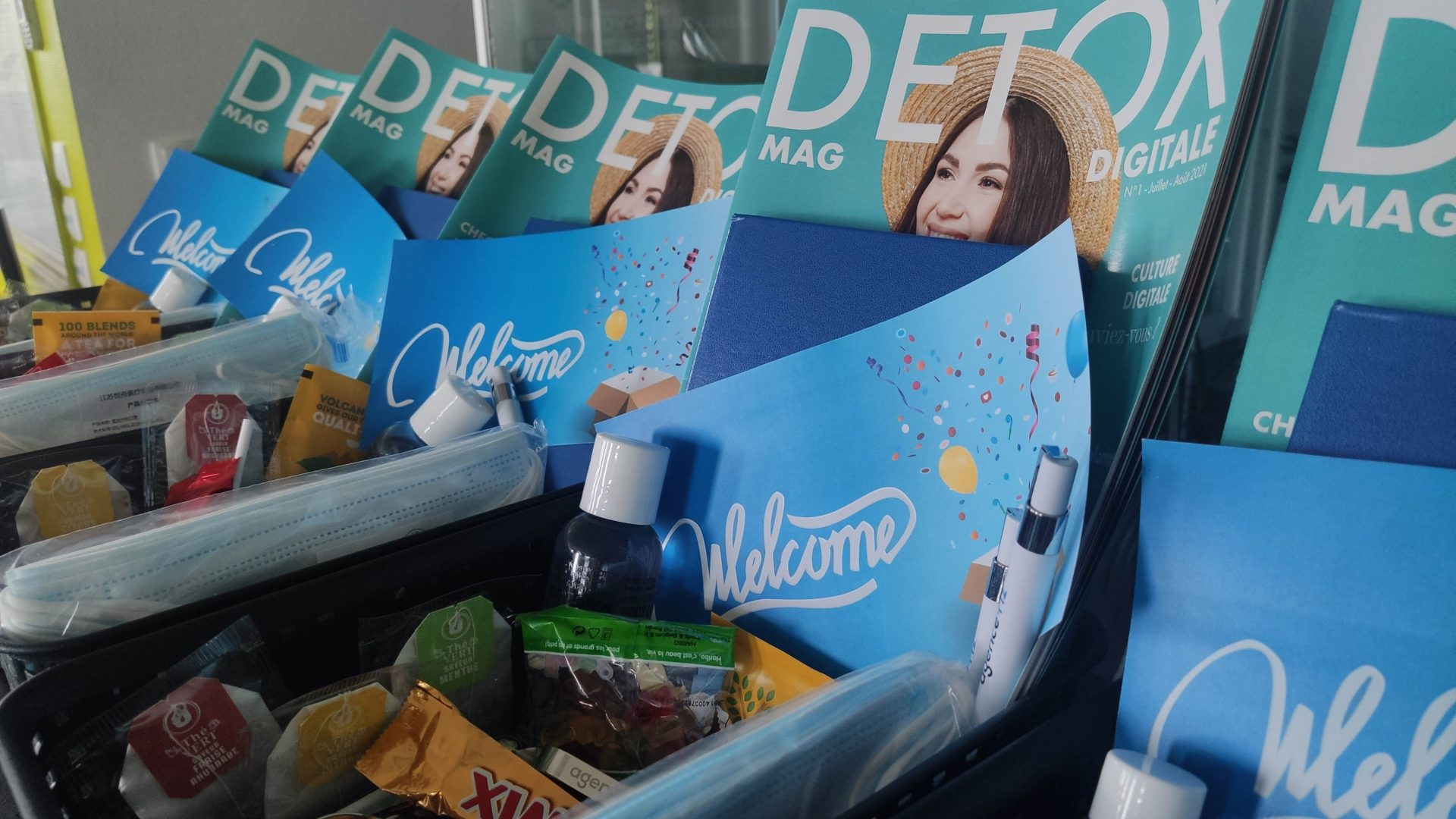 """Welcome Box (Kit de bienvenue) de l'Agence Tiz : Magazine """"Détox Digitale"""" de l'été, gel hydroalcoolique, stylos, masques, sucreries et autres attentions"""